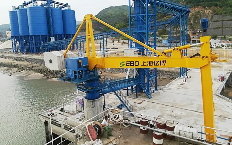 辅梁型电液混合驱动螺旋卸船机